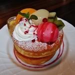 41444148 - 『桃のスフレパンケーキ』!黄桃、白桃、 キュウイ、ホイップクリーム、木イチゴのアイスがのせられている~♪(^o^)丿