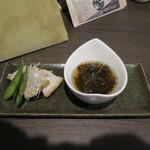 炭火焼 蕾家 - お通しの枝豆、豚バラ炙り、もずく酢