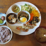 ウナ・カメラ・リーベラ - 今日のごはんプレート、漬物、梅干し、おみそ汁、雑穀米