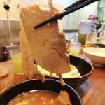 41446789 - 特製つけ麺のチャーシューです。もも肉? 脂肪分が少なく 噛み応えがあります。厚めで ビッグなサイズが2枚入っています。出汁の効いた濃厚なスープは僅かな酸味を感じます。飲んだ後でもスルスルいけます。