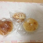 ブレッド ワークス - 料理写真:ミニキャラメル、金時パン、クリームパン