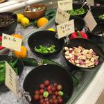 41451096 - 彩りの綺麗な野菜が並んでいます