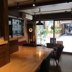カフェ スケッチ - L字形カウンターの奥に座り、店内の風景を撮りました