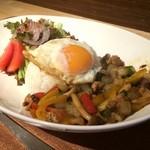 カフェ スケッチ - 鶏肉、玉ねぎ、しめじ、パプリカなどが、タイ独特なバジルスパイスで炒められています、スパイシーなドレッシングが掛かる野菜サラダ、ご飯に、絶妙な焼き加減の目玉焼きが載る、ワンプレートランチです