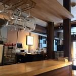 カフェ スケッチ - ワイングラスが掛かるカウンター風景