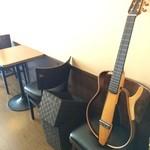 カフェ スケッチ - このギター、何?オリジナルモデルでしょうか?