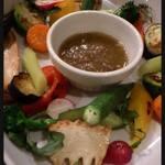 トラットリア リオコルノ - バーニャカウダ。旬の地物野菜を中心にたっぷりと
