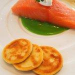 レストラン タテル ヨシノ 銀座 - メイン:軽くスモークしたサーモンミーュイ ステラマリス風
