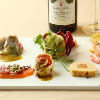 前菜から主菜、デザートまで楽しめるコース料理