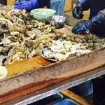 中山牡蠣養殖所 - 牡蠣の殻外し中