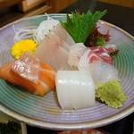 魚菜お花 - 刺身は5種盛りです