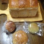 えこわいず村 - 料理写真:玄米食パン 小松菜パン メロンパン ピーナッツクリーム