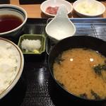 41488829 - 標準でセットされるご飯と味噌汁(奥にイカの塩辛、ゆず大根)