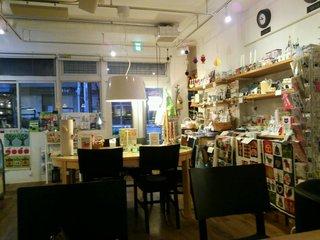 グッドニュースカフェ - 奥の席から店内を見る。