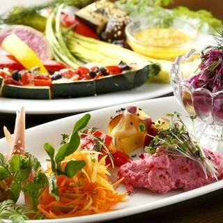 野菜好き集まれ!デリ盛合せ、野菜オーブン焼き、野菜料理が充実
