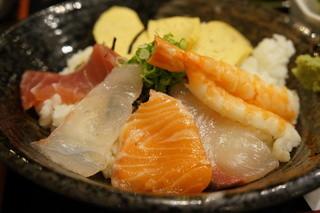 明石の魚処 さかづき - 鮪・鯛・サーモン・勘八・海老に、卵が3切れ付く海鮮丼