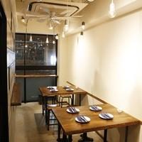 坂の上ホタル - 4人掛けのテーブルが2台。大きな窓が開放感いっぱい!