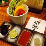 串亭 - お通しの野菜と5種類のつけダレ