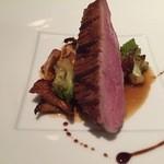 41528780 - ブルターニュ産仔鴨胸肉のアロースト ジロール茸とロマネスコ