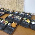 さくら水産 - お弁当は好きなおかずの入ったお弁当を選んでレジで温かいホカホカご飯を詰めてくれるシステムになってました。