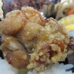 さくら水産 - 揚げ物は2品、中央にはお弁当のおかずの王様唐揚げです。