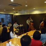 chez l'ami noix - 4月にコントラバスによる即興演奏のライブを行ったときの写真です。右はフランスからいらしたフレッドさん。左は東京を中心に活動している池上さん。