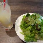Trattoria Pizzeria LOGIC - サラダとドリンクバーのグレープフルーツジュースです。