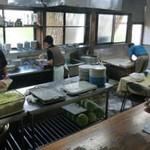 白須うどん - 白須うどん(山梨県富士吉田市上吉田)厨房はオープンキッチン
