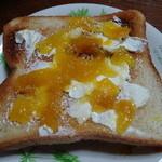 新宿高野 - マンゴージャムをクリームチーズと一緒にトーストに塗って