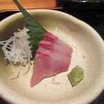 41534177 - 定食には刺身も付いてきました、先ずはこれで白御飯をパクリ。