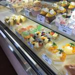 お菓子の館マロン - 店内…ケーキがずらりと並んでいます