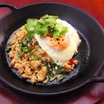 エー&ピー ウィズ テラス - 鶏挽肉のバジル炒めご飯