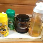 41546948 - 卓上の調味料 : (右から) 朝鮮人参酢・自家製ラー油・ガーリックパウダー・コショー。