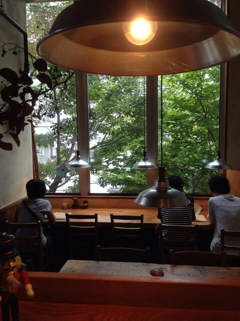 クルミドコーヒー - 窓いっぱいの、緑!