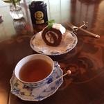 cozy cafe 絵無 - ドリンク写真:紅茶はマリアージュ、スタッフ手作りのぶどう(フジミノリ)のロールケーキ・・・