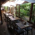 cafe コメマメイモ - 中庭の見えるテーブル席も雰囲気良し♪