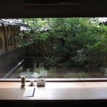 cafe コメマメイモ - 坪庭が見渡せるカウンター席