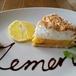 カフェバル ぐるり - とある月の気まぐれスイーツ♪ フレッシュレモンの美味しい〜ケーキ(๑´ڡ`๑) フレッシュレモンの爽やかさと優しい甘さと、なんといってもこの可愛さがヤバイΣ(*゚艸゚*)!!!