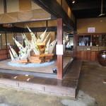 cafe コメマメイモ - 土間には大きなオブジェが飾られていました