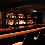 バー セカンド - ウイスキー、リキュール類が並ぶカウンター。