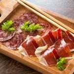イベリコ豚のサラミとハモンセラーノの生ハムの盛り合わせ