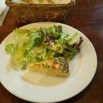 41561502 - 前菜のキッシュ、サラダ