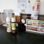 たまご庵 レストラン - テーブルの薬味類