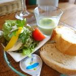 プロフーモ - グリーンピーススープ、パン、サラダ