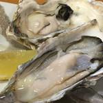 おぎの家 - 生牡蠣と軽く蒸した牡蠣