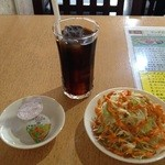 スパイスキッチン - アイスコーヒーとサラダ