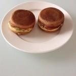 Sengokuyaki - テイクアウトした回転焼(千石焼)  1個90円。 右が黒あん、左がうぐいすあん