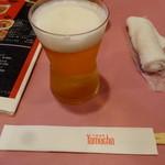 ヤムチャ - グラスの生ビールで乾杯