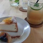 カフェ グローブ - チーズケーキ&ライムとハーブのソーダ