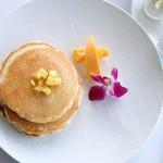 41588402 - バターミルクパンケーキ、メープルシロップとホイップバター